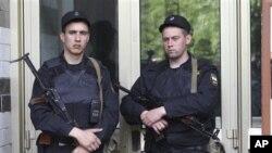 Ruski policajci čuvaju ulaz u zgradu u kojoj stanuje opozicioni lider i bloger Aleksandar Navaljni, tokom pretresa njegovog stana, Moskva, 11. jun 2012.