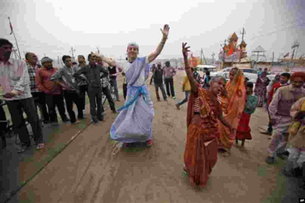 17일 인도에서 열리고 있는 쿰 멜라 축제에 참가해 다른 힌두교인들과 함께 춤을 추는 러시아인 힌두교인. (가운데 왼쪽)