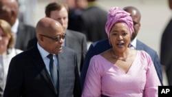 Le président sud-africain Jacob Zuma, à gauche, accompagné de sa femme Thobeka Madiba Zuma lors du sommet du G20 à Hambourg, Allemagne, 6 juillet 2017.