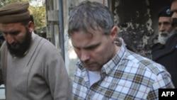 Nhà ngoại giao Hoa Kỳ bị áp tải ra khỏi tòa án ở Lahore, Pakistan, ngày 28/1/2011