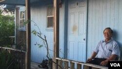 Ông Trần Hữu An bên căn nhà trailer của mình, New Orleans, Louisiana, ngày 28 tháng 8, 2015.