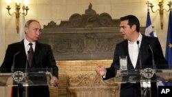 Thủ tướng Hy Lạp Alexis Tsipras (phải) và Tổng thống Nga Vladimir Putin trả lời các nhà báo trong một buổi họp báo chung sau cuộc gặp tại Athens, ngày 27 tháng 5 năm 2016.