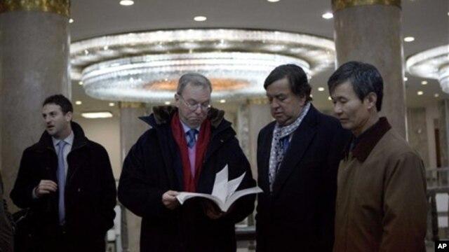 Izvršni predsednik Gugla Erik Šmit i bivši guverner Nju Meksika Bil Ričardson tokom posete Pjongjangu