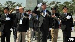 Các cựu chiến binh Hoa Kỳ đến nghĩa trang quốc gia của Nam Triều Tiên ở Seoul hôm 23/6/2010 để tưởng niệm các bạn đồng ngũ bỏ mình trong cuộc chiến Triều Tiên