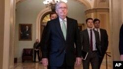 Pemimpin Mayoritas Senat, Mitch McConnell, meninggalkan ruangan setelah mengkritik upaya Demokrat untuk memakzulkan Presiden Donald Trump, di Capitol di Washington, Selasa, 17 Desember 2019. (Foto: AP)