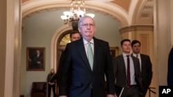 參議院多數黨領袖麥康奈爾在批評了眾議院民主黨人對特朗普總統的彈劾之後離開國會。 (2019年12月17日)