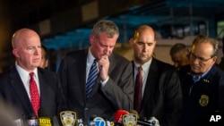 纽约市市长白斯豪(中)和警察局局长奥尼尔(左)在爆炸案记者会上(2016年9月18日)