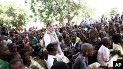 Madonna ariko agendera abana b'abanyeshule ahitwa Chorwe, muri Malawi, kw'italiki zitatu z'ukwezi kwa kane mu mwaka w'2013.