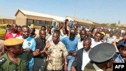 Lãnh tụ đối lập Michael Sata (giữa) đến kiểm tra một địa điểm bầu cử ở Lusaka, ngày 20/9/2011