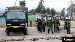Les forces de l'ordre se déploient au lieu où des partisans du candidat de l'opposition Raila Odinga protestent à Kisumu, Kenya, 12 août 2017.