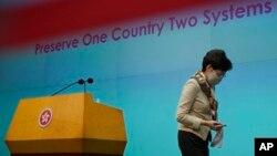 """香港特首林郑月娥6月2日在抨击外国政府在国安法问题上的""""双重标准""""后离开记者会现场。"""