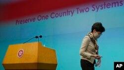 Trưởng đặc khu hành chính Hong Kong Carie Lam rời một cuộc họp báo về Hong Kong, thứ Ba 2/6/2020. (AP Photo/Vincent Yu)