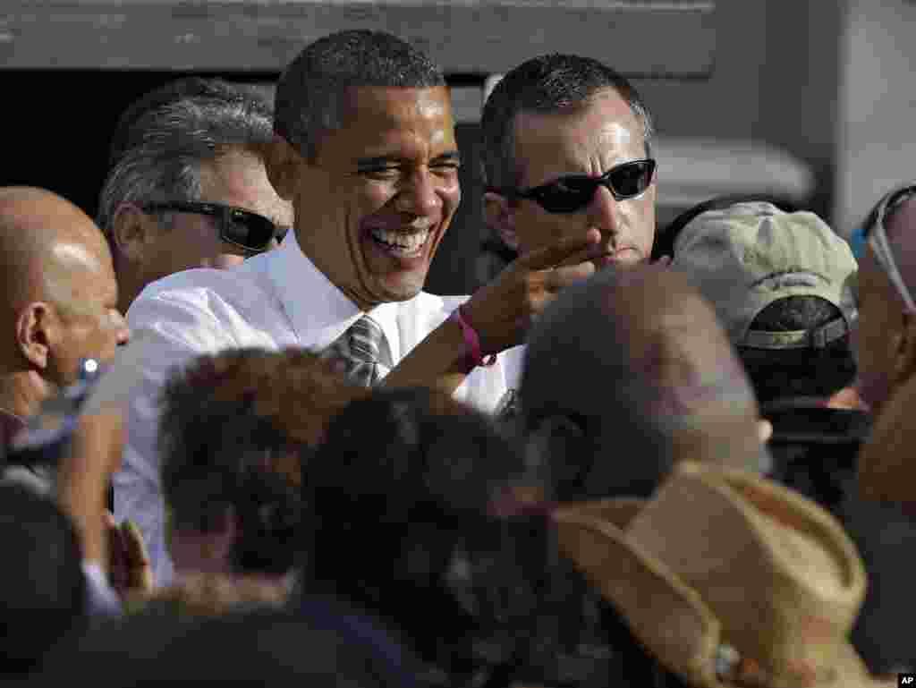 Le président Barack Obama riant avec un partisan après un meeting à Tampa, en Floride