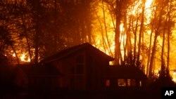 Ngọn lửa bùng cháy dữ dội phía sau một ngôi nhà ở thị trấn Twisp, bang Washington.