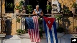 Havijer Janes na svom balkonu u starom delu Havane, na kojem je okačio kubansku i američku zastavu jednu pored druge
