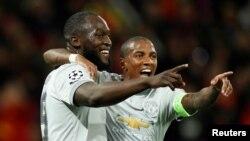 Romelu Lukaku et Ashley Young de Manchester United lors du match de Champions' League contre le CSKA à Moscou le 27 septembre 2017.