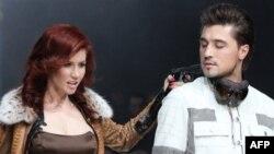 Анна Чапман и звезда российской поп-музыки Дима Билан во время показа моды. Москва. Весна 2011 г.