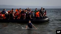 又一批敘利亞難民和移民從土耳其坐船抵達希臘島嶼萊斯博斯(2015年9月7日)
