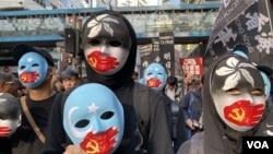 一批示威者戴上特別設計的面具參與民陣12-8國際人權日遊行,呼籲國際關注新疆、西藏、香港、台灣受中共政權影響下的人權狀況。(攝影: 美國之音湯惠芸)