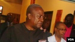 Dramani Mahama, Presidente do Gana, na Guiné-Bissau por ocasião das Eleições Gerais de 13 de Abril de 2014