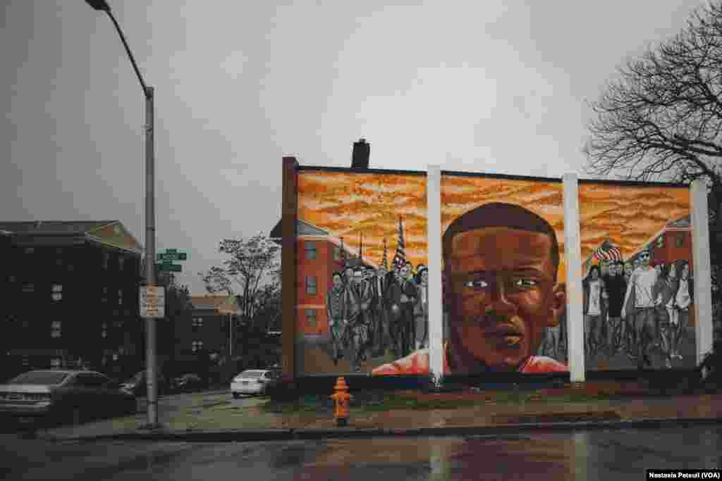 Près du bâtiment où vit la famille de Freddie Gray, une peinture murale a été dessinée pour lui rendre hommage, Baltimore, le 6 mai 2016. (VOA/ Nastasia Peteuil)