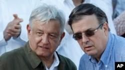 墨西哥总统奥夫拉多尔(左)在墨西哥蒂华纳的一次集会上与墨西哥外长埃布拉德交谈。(2019年6月8日)