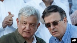 TT Mexico Andres Manuel Lopez Obrador, bên trái, và Bộ trưởng Ngoại giao Marcelo Ebrard trong một cuộc tuần hành ở Tijuana, Mexico, ngày 8/6/ 2019. (AP Photo/Eduardo Verdugo)