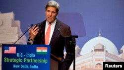 Ngoại trưởng Mỹ John Kerry nói về biến đổi khí hậu tại New Dehli, Ấn Độ, ngày 23 tháng 6, 2013. (REUTERS/Jacquelyn Martin/Pool)
