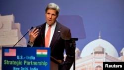 인도 뉴델리 헤비타트 센터에서 기후변화협약에 대해 연설하고 있는 케리 미 국무장관