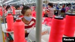 Công nhân làm việc tại dây chuyền may mặc của một công ty có vốn đầu tư của Singapore ở ngoại ô Hanoi. Việt Nam được xem là nước sẽ hưởng lợi nhiều nhất từ TPP nếu có Mỹ tham gia.