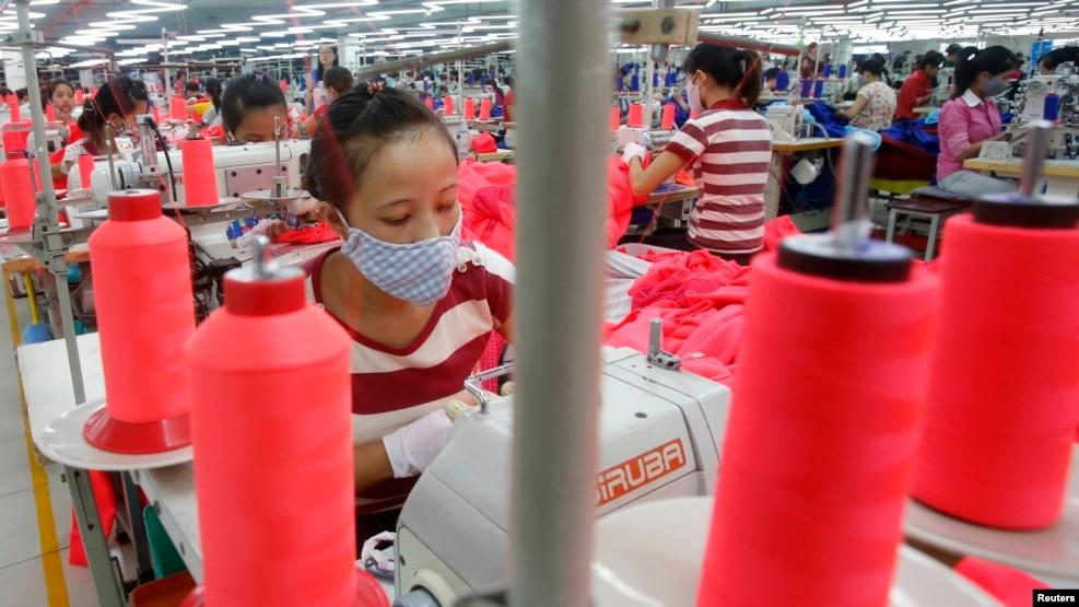 Công nhân tại một xưởng may mặc Singapore Singlun Star tại ngoại ô Hà Nội, ngày 19/08/2014.