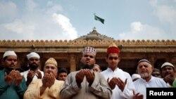 ຊາວມຸສລິມ ໄວ້ພາວະນາ ເພື່ອສັນຕິພາບ ຂະນະທີ່ສານສູງສຸດ ຂອງອິນເດຍ ຕັດສິນກ່ຽວກັບ ສະຖານທີ່ທາງສາສະໜາ ທີ່ມີບັນຫາຂັດແຍ້ງກັນ ໃນເມືອງອາໂຍຢາ (Ayodhya) ຢູ່ໃນບໍລິເວນວັດອິສລາມ ໃນເມືອງອາເມດາບາດ, ອິນເດຍ, ວັນທີ 8 ພະຈິກ 2019. REUTERS/Amit Dave