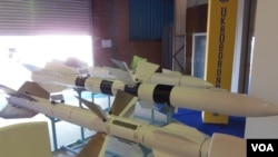 中国与乌克兰军事技术合作一直非常密切。去年8月莫斯科国际航展上乌克兰展出的各种空对空导弹,其中一些型号导弹装备在中国战机上。(美国之音白桦拍摄)