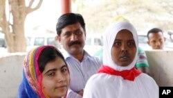 Malala Yousafzai (kushoto) akiwa kwenye kambi ya wakimbizi ya Daadab Jumanne.