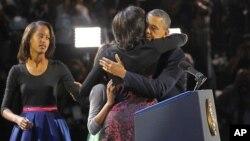El presidente Obama abraza a su esposa Michele en una foto parecida a la que circuló en Twitter y que rompió récords de retuiteo.