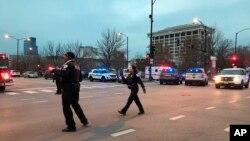 فائرنگ کے واقعے کے بعد اسپتال کے باہر پولیس موجود ہے۔