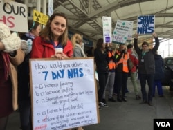 A junior doctor on strike holds a sign in London. (L. Ramirez/VOA)