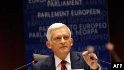 Predsednik Evropskog parlamenta Ježi Buzek: Sada je na nama, Evropljanima da podržimo nastojanja grčke vlade i svih Grka kako bi izašli nakraj sa prekomjerno naraslim javnim dugom.