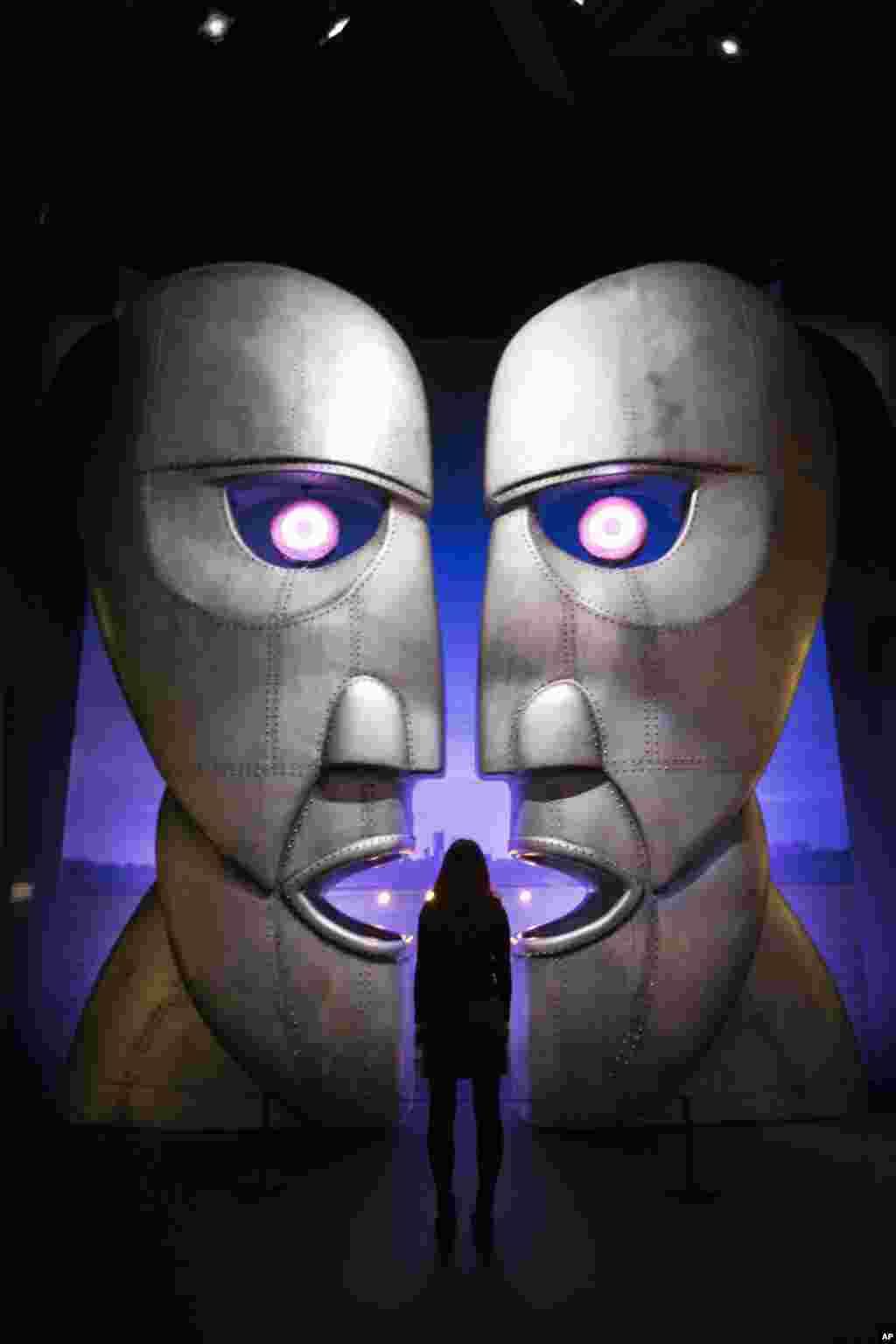 """افتتاح نمایشگاه """" ناقوس جدایی"""" پینک فلوید در لندن"""