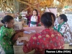 Ibu-Ibu fasilitator dari Sekolah Perempuan dari Kabupaten Waropen, Papua, saat mengikuti kegiatan pelatihan di Dodoha Institut Mosintuwu, Tentena, Kabupaten Poso, Sulawesi Tengah.