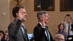 Ukrainada ishlagan yetakchi diplomat Uilyam Teylor (o'ngda) hamda Ukraina masalalari uchun mas'ul Jorj Kent Vakillar palatasi Razvedka qo'mitasida, 2019-yil, 13-noyabr