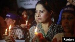 11일 파키스탄 카라치에서 탈레반의 공격을 비난하고, 유사프자이의 회복을 기원하며 열린 집회.