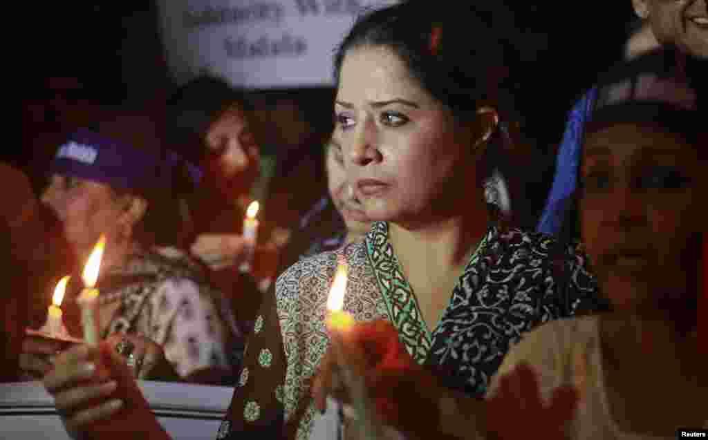 탈레반의 공격을 비난하는 집회에 참석해 촛불 시위를 벌이는 지지자들