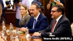 ARHIVA - Ambasador Srbije u SAD Entoni Godfri (u sredini) i specijalni predstavnik Stejt departmenta za Zapadni Balkan Metju Palmer, u Beogradu, 4. novembra 2019. godine (Foto: RFE/RL/Vesna Anđić)