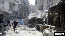 12일 시리아 알레포의 반군 지역에 공습이 있은 후 무너진 건물터.