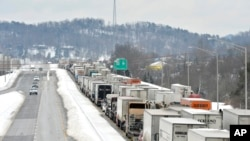 EN Kentucky una carretera quedó paralizada durante horas debido al clima inclemente.