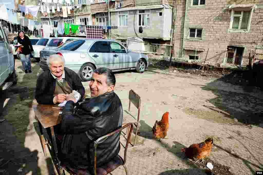 Местные жители в Степанокерте играют в карты.