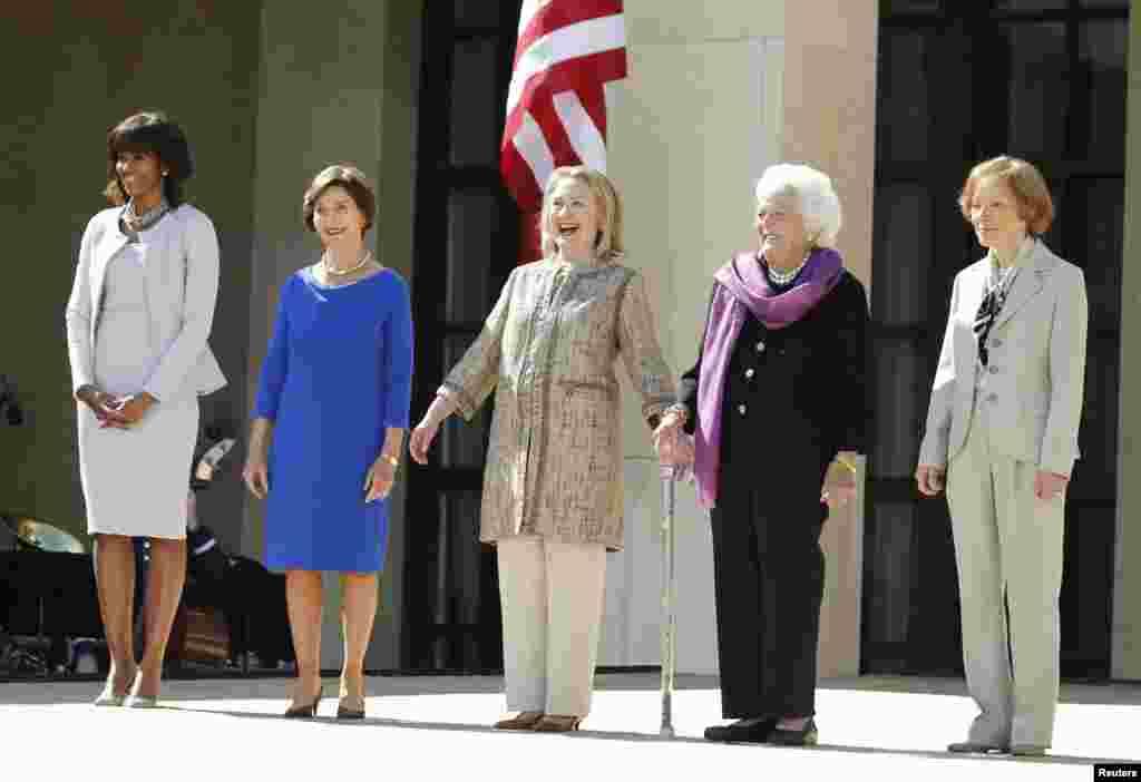 Đệ nhất Phu nhân Hoa Kỳ Michelle Obama (trái), chụp ảnh với các cựu Đệ nhất Phu nhân Laura Bush, Barbara Bush, Rosalynn Carter và cựu Ngoại trưởng Hillary Clinton (giữa) khi đến dự lễ khánh thành Thư viện cựu Tổng thống George W. Bush ở Dallas, Texas.