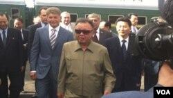 En Washington, el presidente de Estados Unidos, Barack Obama y la secretaria de Estado, Hillary Clinton fueron informados sobre la muerte de Kim.