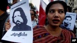 Para demonstran membawa gambar para aktivis yang hilang, termasuk profesor universitas Salman Haider dalam aksi unjuk rasa di Karachi, Pakistan.